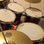 Cymbales Médium / Ride   / Crash / Pieds perches + 1 Cloche